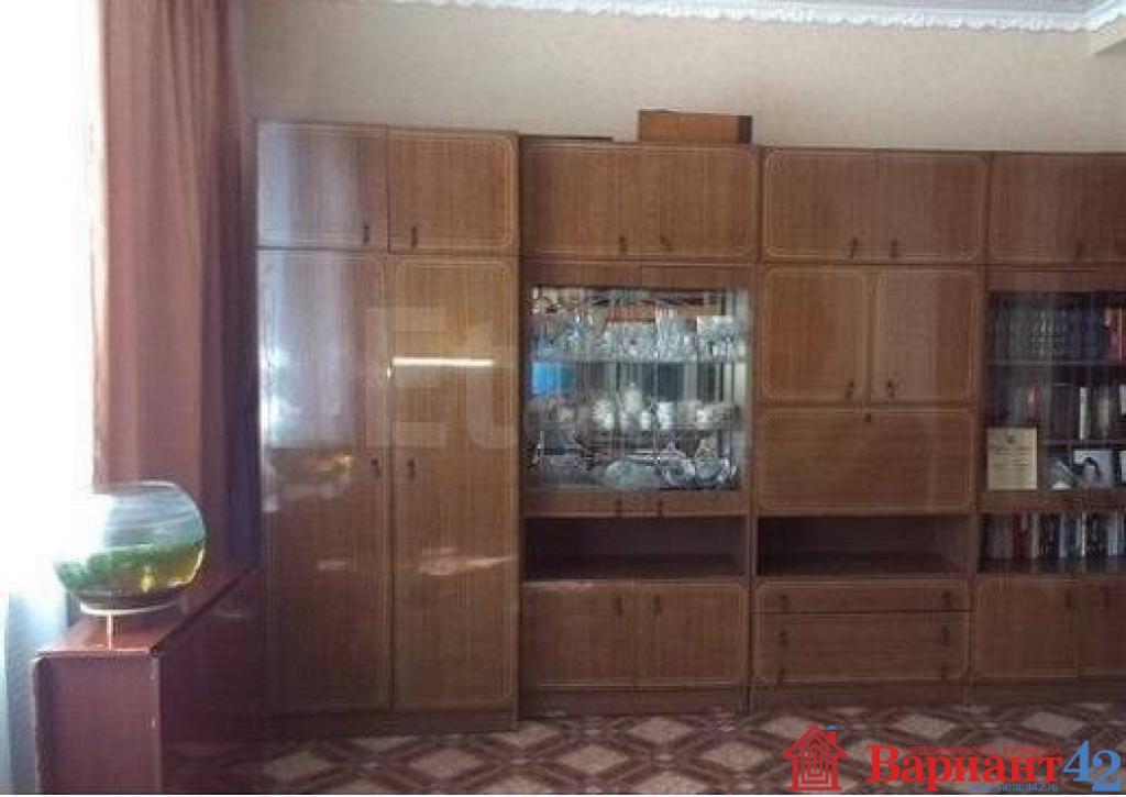 Во всей квартире на полу уложен линолеум, заменены радиаторы отопления.