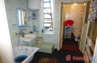 Ванна, туалет в доме с пластиковым окном.