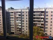 засекленный рольставнями балкон.Вид из зала на аллею.