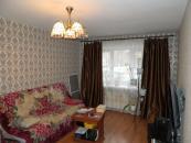 Зал 19,5 кв.м.Пластиковое окно+маскитная сетка на окно. Ламинат на полу.Диван остается в квартире.Стенка в подарок!