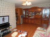 Зал.На полу в квартире ламинат.Стояки заменяны,алюминевые новые радиаторы.Мебель в подарок.