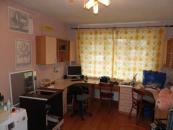 Детская 17,7 кв.м. Ламинат на полу.Школьные столы+навесные шкафы+встроенный плательный шкаф входят в стоимость квартиры.