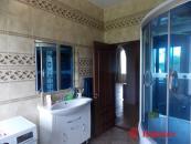 Ванная комната с душевой кабиной.